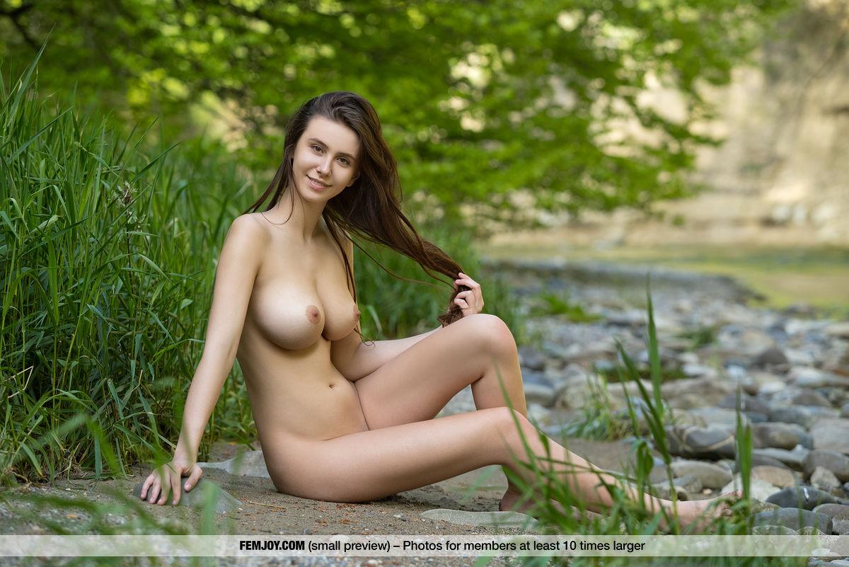 es ist frühling und ihre früchte sind mehr als reif – girl nackt alleine am fluss #1