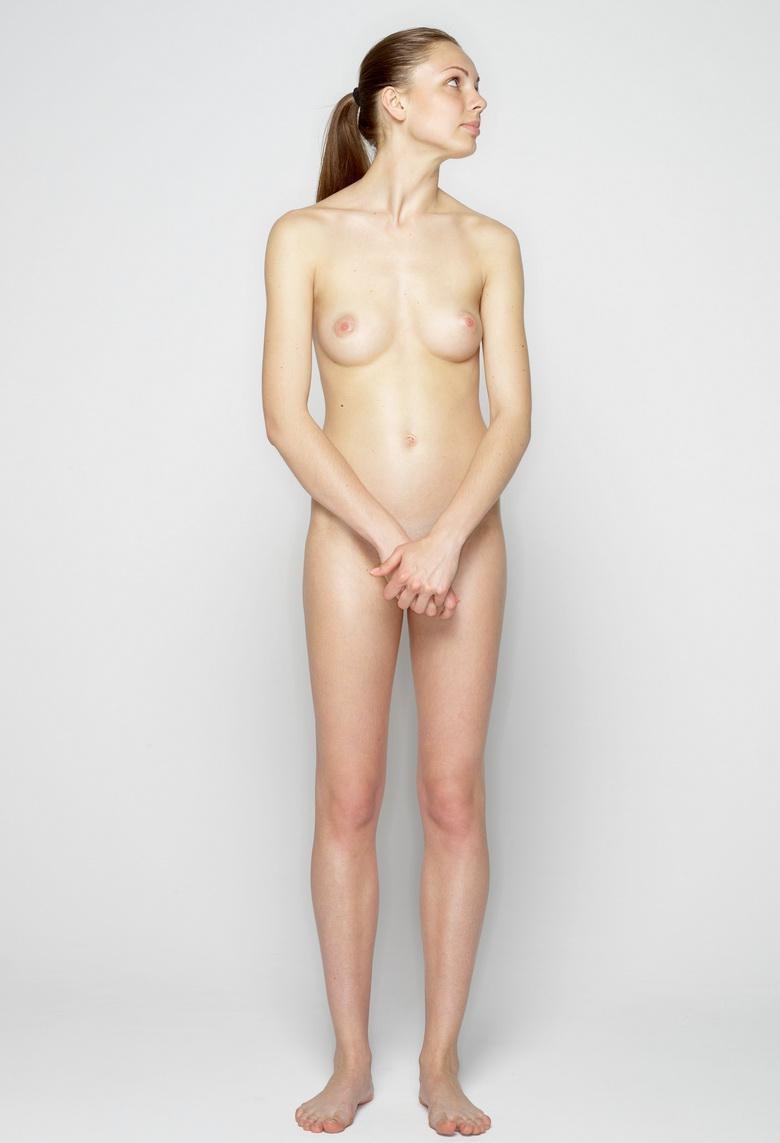 mageres ukrainisches mädchen verliert wette und muss nackt für die mannschaft posen #1