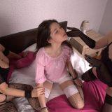 wei ältere Swinger Muttis machen sich über die junge Teenyvotze von Angelika her und zwingen sie zum Orgasmus picture 6