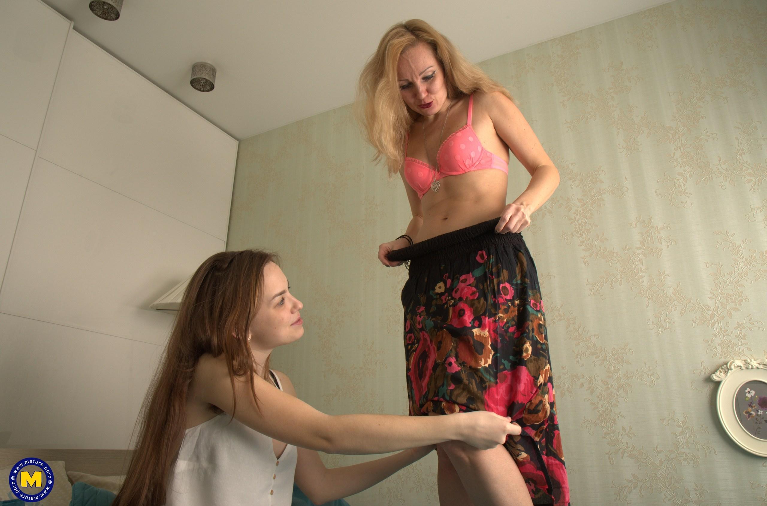 alte frau zeigt 18 jährigem teenage  girl die scissor sisters stellung und lässt sie mit der zunge in der alten haarigen möse lecken picture 2