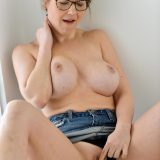 auf den ersten blick erscheint diese milf ersteinmal unscheinbar, aber wenn sie ihre brüste zeigt wird klar, wieso sie mindestens dreimal die woche sex hat. picture 9