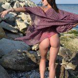 schlanke nudistin mit anständigen brüsten zeigt freigiebig picture 3