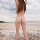 hübsche nacktbadende entgeht hitzewelle auf pragamatische einfache art und zeigt ihre schöne kleine rasierte Votze picture 7