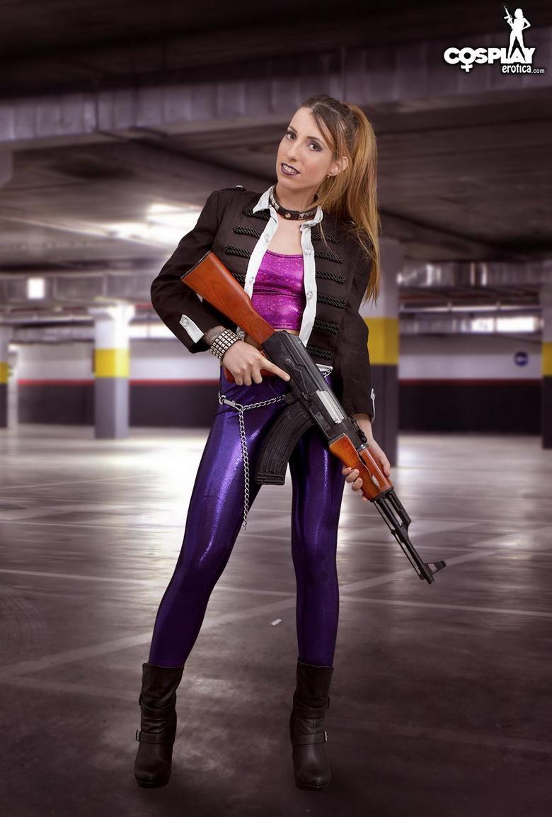 hübsche schlanke junge frau spielt ein agenten cosplay in der tiefgarage picture 2