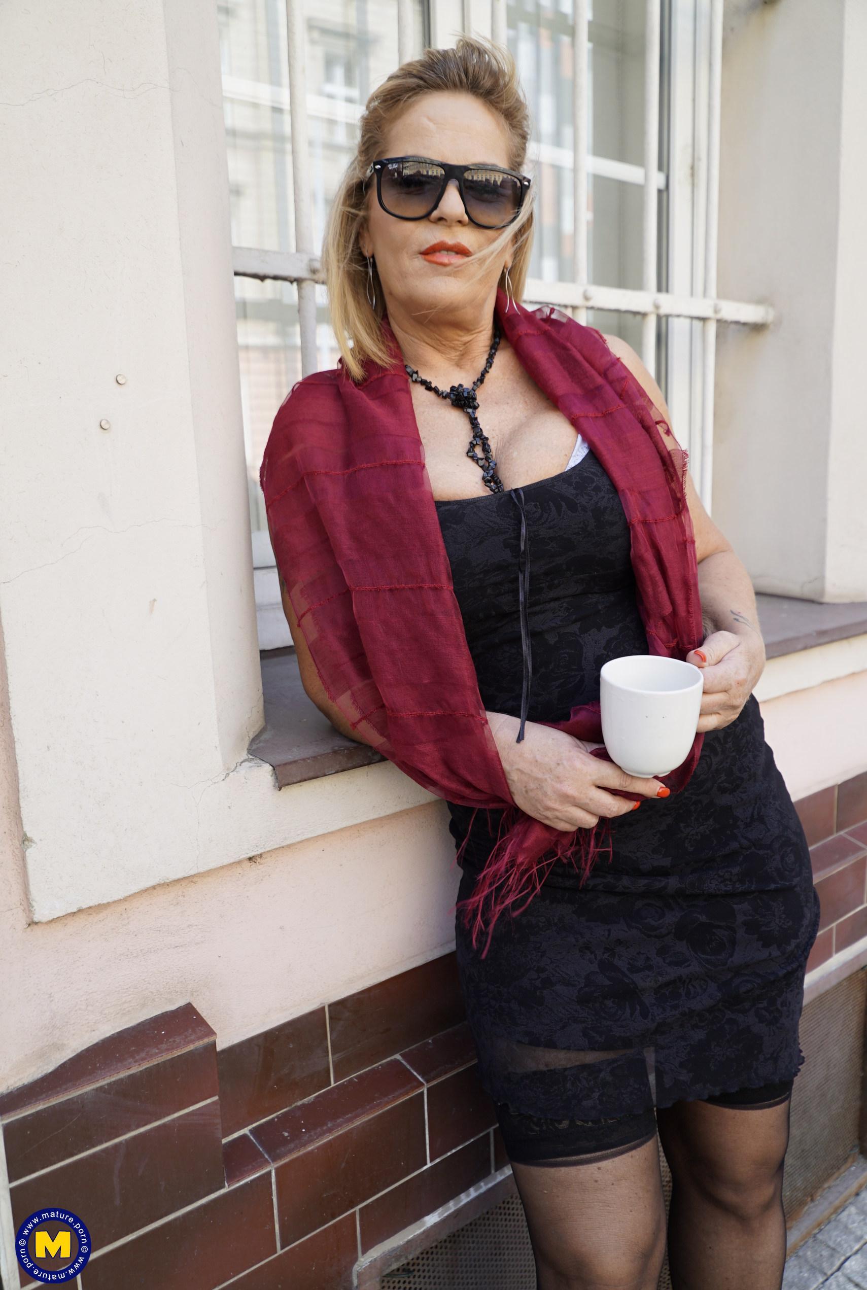 das gesicht dieser verführerischen oma verrät nicht ihr wahres alter. ihre riesige spalte schon eher. picture 2