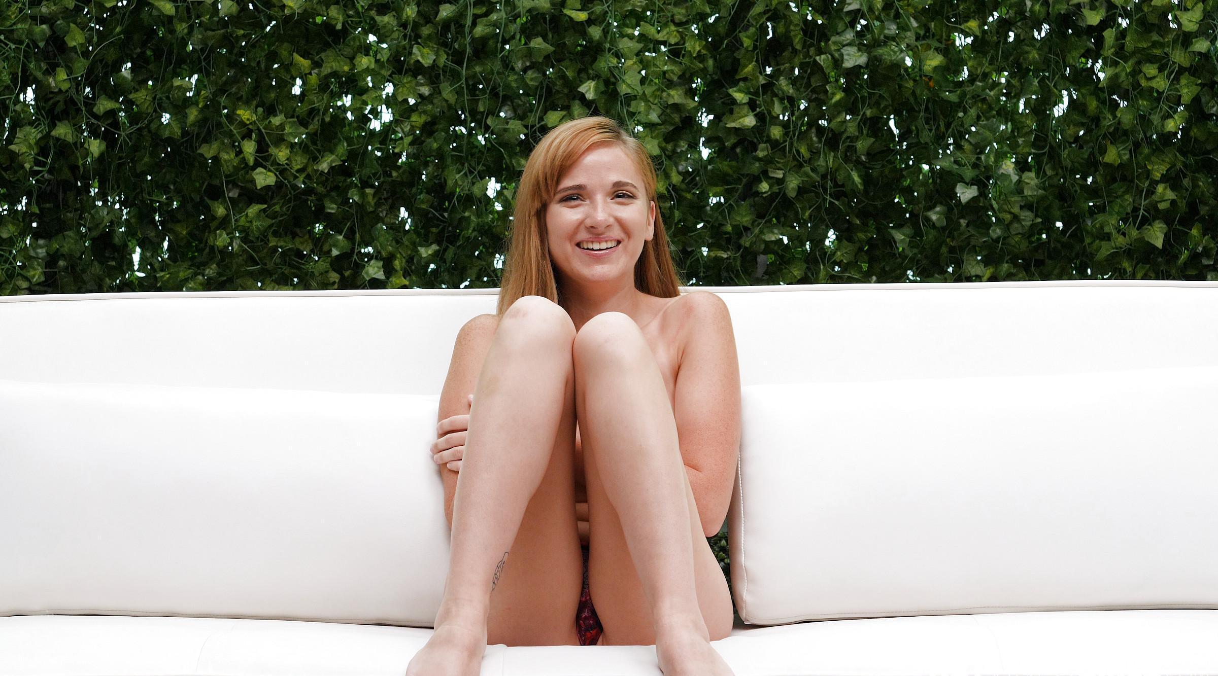 rothaarige freundin dreht ganz schön auf als sie beim ersten casting gefragt wird, ob sie sich auszieht und ihre votze zeigt. picture 2