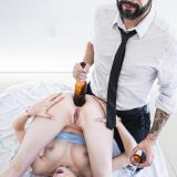 alter mann nutzt junges mädchen aus und schiebt ihr bierflasche in den after.  picture 15