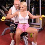 notgeiler sportlehrer mißbraucht junge fitnessmaus und leckt ihre votze beim cardiotraining picture 6