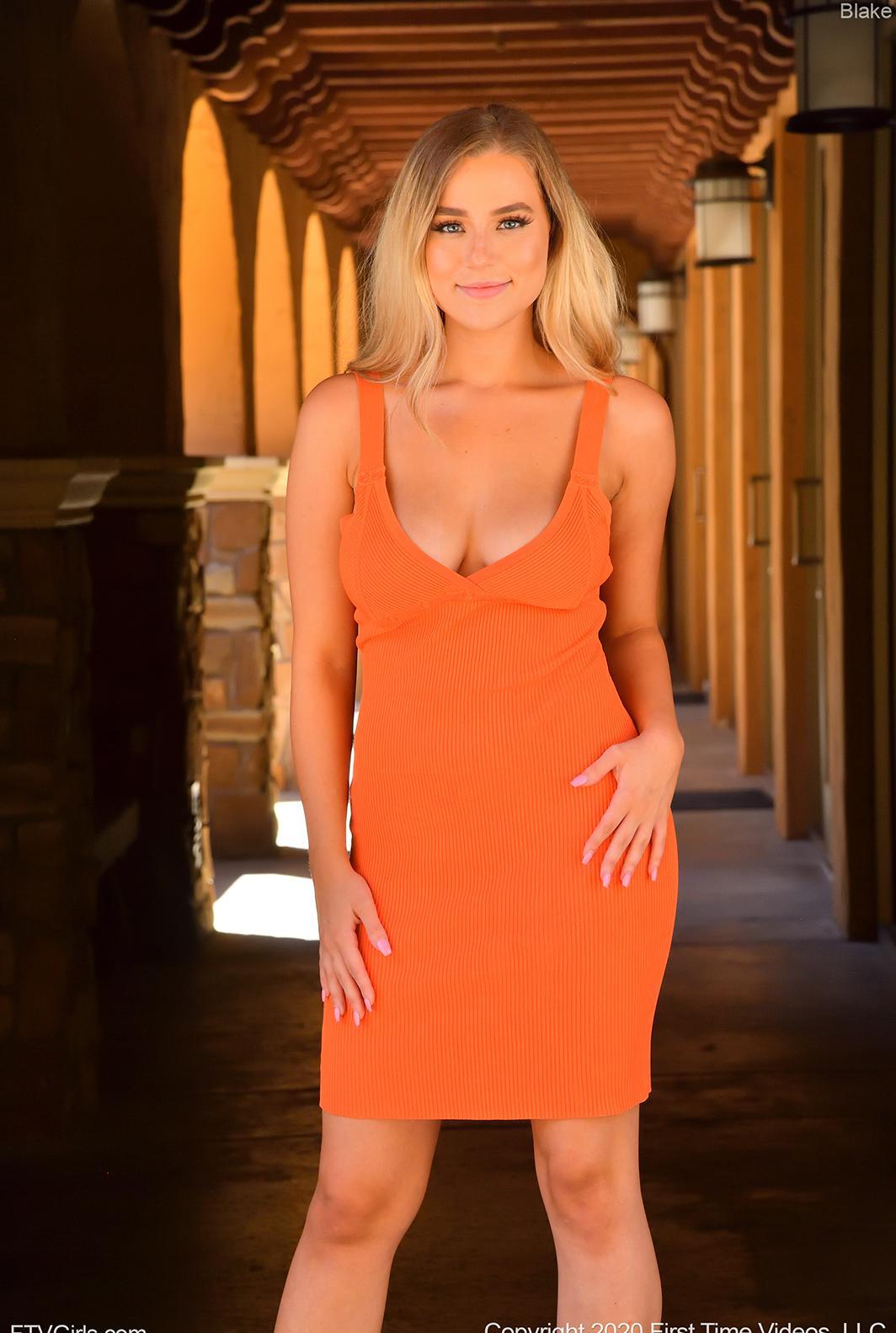 blonde schönheit, influencerin und fashion bloggerin blake mit geilen nahaufnahmen ihrer schönen rasierten votze picture 2