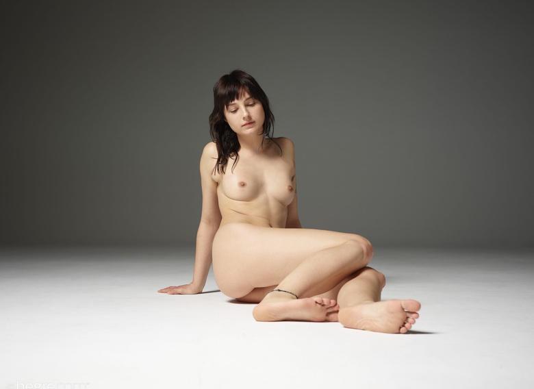schlanke anfängerin hat großen spass bei ersten probe nackt shooting und zeigt ihre rasierte muschi ohne hemmungen picture 2