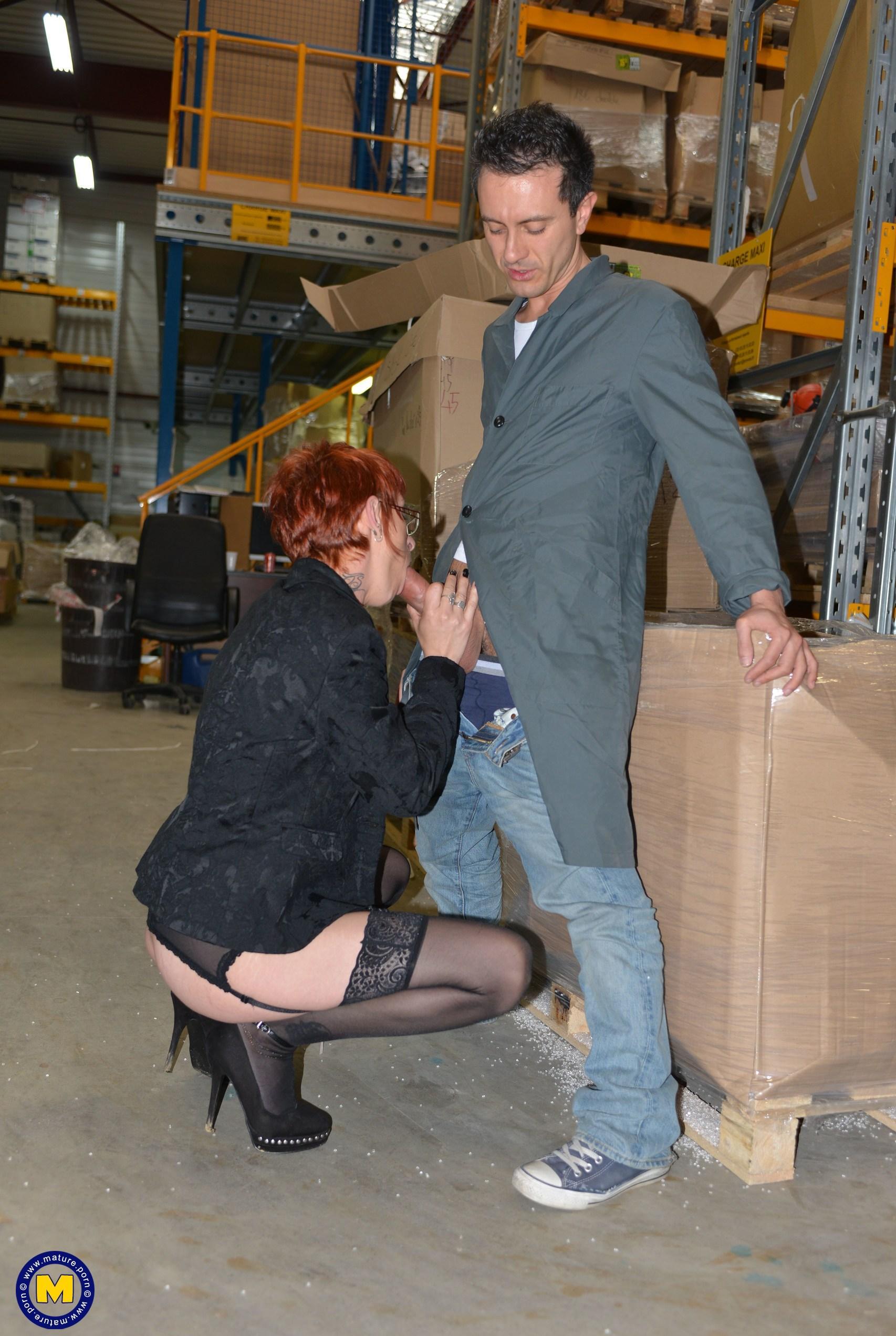 ältere arbeitskollegen erwischt vorarbeiter beim onanieren im büro. picture 2