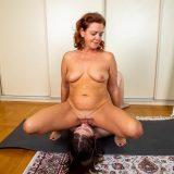 alte frau verführt junges mädchen beim gemeinsamen quarantäne yoga picture 15