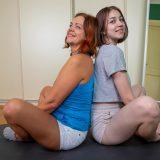 alte frau verführt junges mädchen beim gemeinsamen quarantäne yoga picture 3