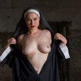 nonne zieht ihr gewand hoch - was für ein schöner knackter körper picture 6