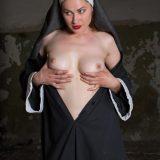 nonne zieht ihr gewand hoch - was für ein schöner knackter körper picture 7