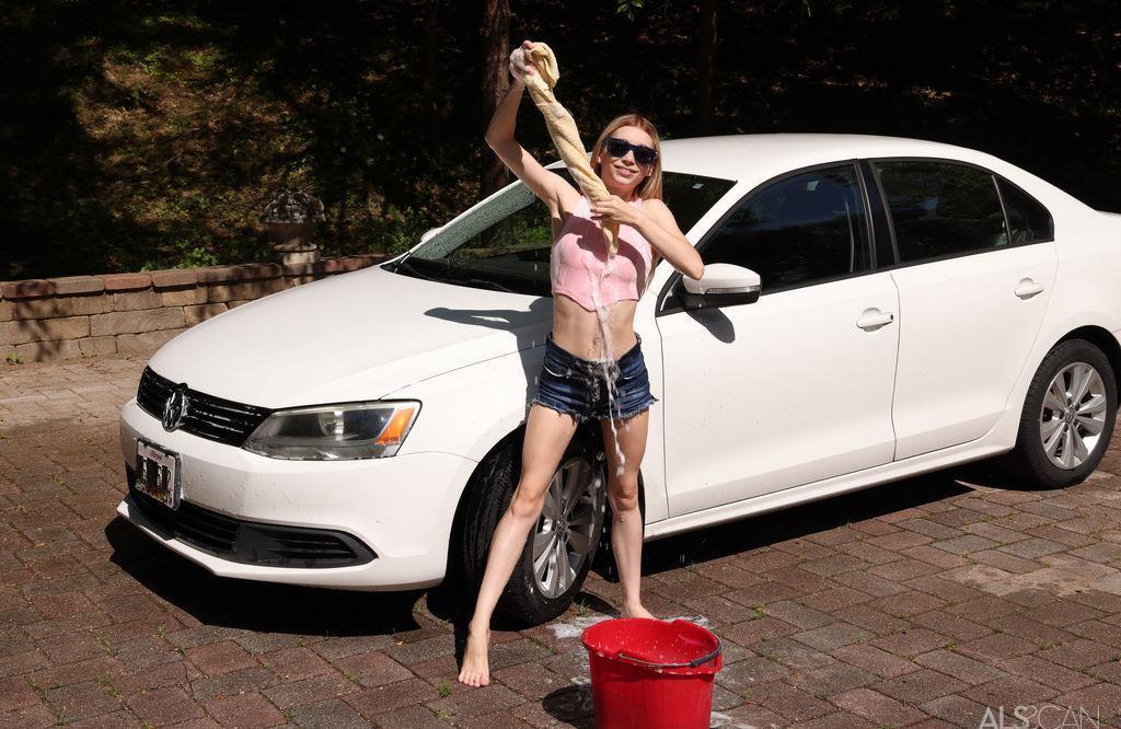 das carwashgirl zeit ihre kleine muschi fuer etwas mehr trinkgeld picture 2